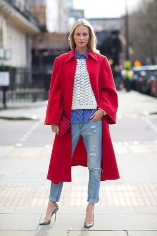 Cómo combinar: vaqueros desgastados celestes, camisa de vestir de cuadro vichy en blanco y azul, jersey de ochos blanco, abrigo rojo