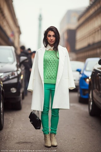 Cómo combinar: pantalones pitillo en verde menta, camisa de vestir marrón claro, jersey de ochos verde, abrigo blanco