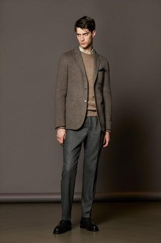Cómo combinar: pantalón de vestir de lana gris, camisa de vestir de tartán en beige, jersey de ochos marrón, blazer de lana de espiguilla marrón