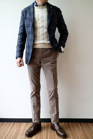 Cómo combinar: pantalón de vestir marrón, camisa de vestir azul marino, jersey de ochos en beige, blazer de lana de tartán azul marino