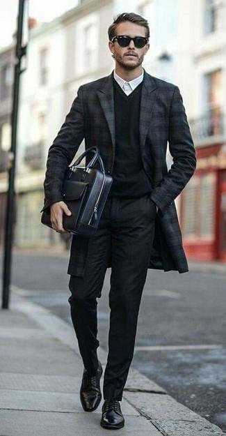 Combinar un jersey de pico negro: Elige un jersey de pico negro y un pantalón de vestir negro para un perfil clásico y refinado. Zapatos derby de cuero negros son una opción muy buena para complementar tu atuendo.