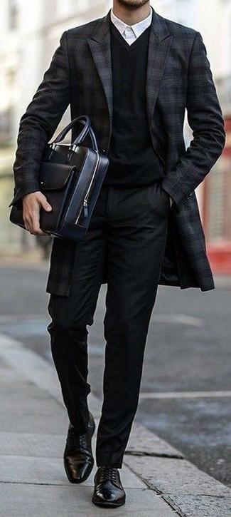 Cómo combinar: pantalón de vestir negro, camisa de vestir blanca, jersey de pico negro, abrigo largo de tartán azul marino