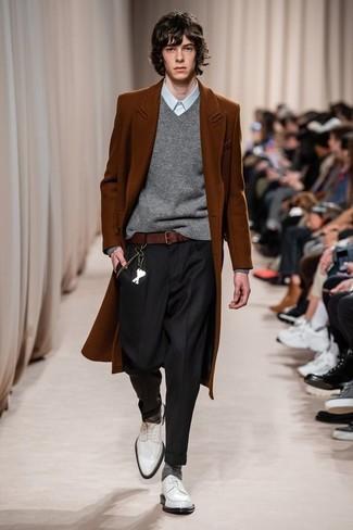 Combinar un pantalón de vestir negro: Empareja un abrigo largo en tabaco con un pantalón de vestir negro para un perfil clásico y refinado. Zapatos derby de cuero blancos contrastarán muy bien con el resto del conjunto.