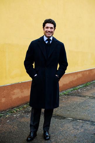 Combinar unos zapatos oxford de cuero negros: Ponte un abrigo largo azul marino y un pantalón de vestir de rayas verticales negro para rebosar clase y sofisticación. Zapatos oxford de cuero negros son una opción grandiosa para completar este atuendo.