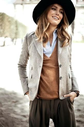 Cómo combinar: pantalón de pinzas en marrón oscuro, camisa de vestir celeste, jersey de pico marrón, blazer de lana gris