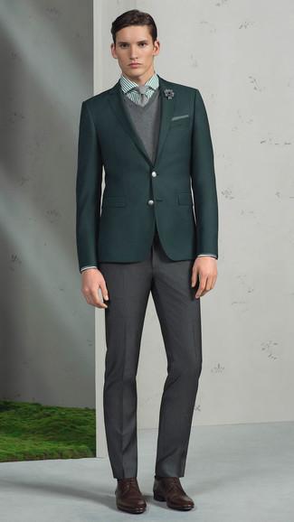 Combinar un broche de solapa con print de flores gris: Un blazer verde oscuro y un broche de solapa con print de flores gris son una opción buena para el fin de semana. Zapatos derby de cuero en marrón oscuro son una forma sencilla de mejorar tu look.