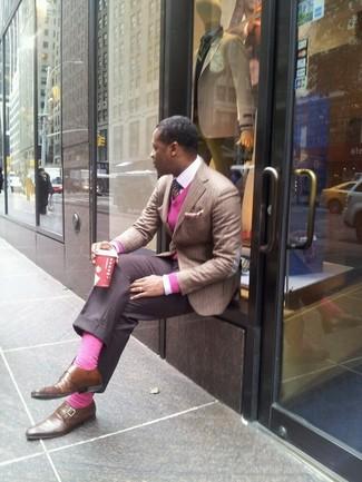 Combinar un jersey de pico rosa: Considera ponerse un jersey de pico rosa y un pantalón de vestir gris para rebosar clase y sofisticación. Zapatos con doble hebilla de cuero marrónes son una opción excelente para complementar tu atuendo.