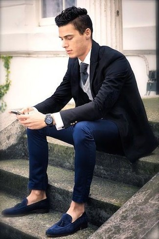 Cómo combinar: pantalón chino azul marino, camisa de vestir blanca, jersey de pico gris, blazer negro