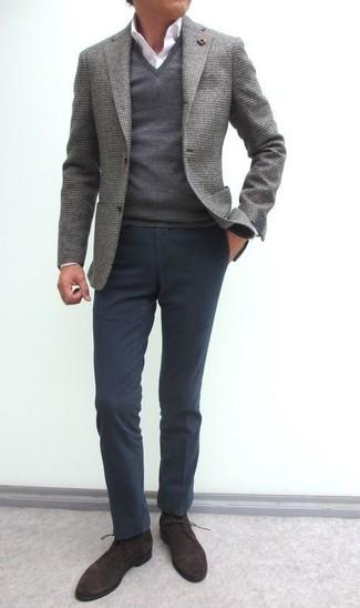 Cómo combinar: pantalón chino en gris oscuro, camisa de vestir blanca, jersey de pico gris, blazer de lana gris