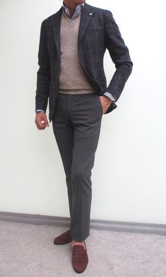Cómo combinar: pantalón de vestir en gris oscuro, camisa de vestir de rayas verticales en blanco y azul marino, jersey de pico marrón claro, blazer de lana a cuadros en gris oscuro