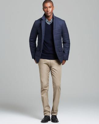 Cómo combinar: pantalón chino marrón claro, camisa de vestir en verde menta, jersey de pico negro, blazer acolchado en gris oscuro