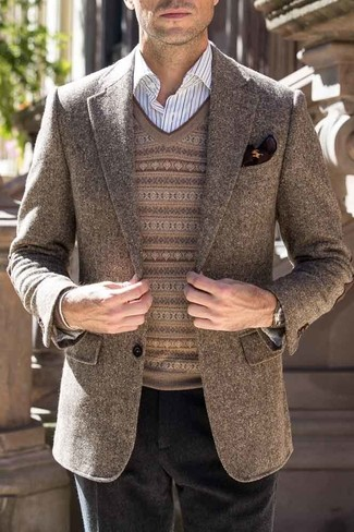 Cómo combinar: pantalón de vestir de lana negro, camisa de vestir de rayas verticales blanca, jersey de pico de grecas alpinos marrón, blazer de lana marrón