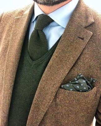 Cómo combinar: corbata de punto verde oliva, camisa de vestir celeste, jersey de pico verde oliva, blazer de lana de espiguilla marrón