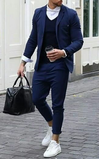 Cómo combinar: pantalón chino azul marino, camisa de vestir blanca, jersey de pico azul marino, blazer azul marino