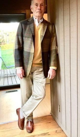 Combinar un jersey de pico amarillo: Elige un jersey de pico amarillo y un pantalón de vestir en beige para rebosar clase y sofisticación. Complementa tu atuendo con mocasín de cuero marrón.