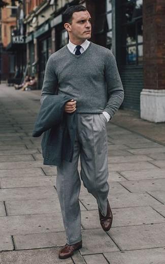 Combinar un jersey de pico gris: Haz de un jersey de pico gris y un pantalón de vestir gris tu atuendo para una apariencia clásica y elegante. Zapatos derby de cuero en marrón oscuro son una opción buena para complementar tu atuendo.