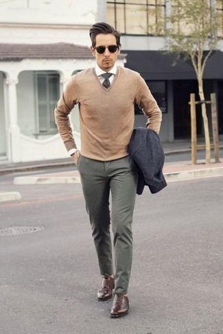 Combinar un blazer en gris oscuro: Usa un blazer en gris oscuro y un pantalón chino verde oliva para un lindo look para el trabajo. Con el calzado, sé más clásico y opta por un par de zapatos brogue de cuero marrónes.