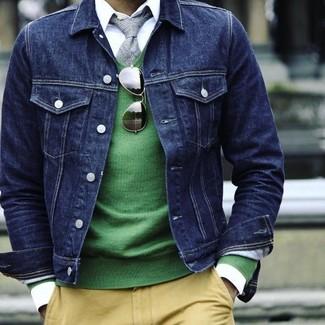 Look de moda: Pantalón chino amarillo, Camisa de vestir blanca, Jersey de pico verde, Chaqueta vaquera azul marino