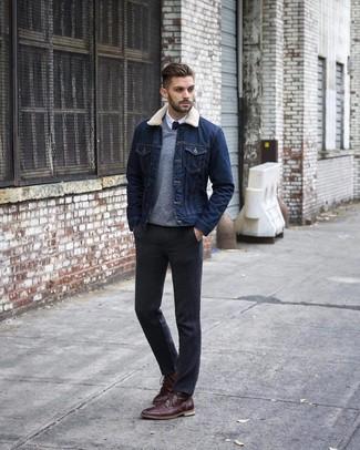 Cómo combinar: pantalón de vestir en gris oscuro, camisa de vestir blanca, jersey de pico gris, chaqueta vaquera azul marino
