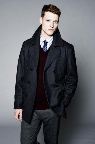 Cómo combinar: pantalón de vestir de tartán en gris oscuro, camisa de vestir de rayas verticales blanca, jersey de pico burdeos, chaquetón en gris oscuro