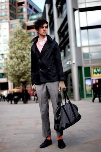 Combinar un pantalón de vestir gris: Utiliza un chaquetón azul marino y un pantalón de vestir gris para una apariencia clásica y elegante. Tenis de lona azul marino añaden un toque de personalidad al look.