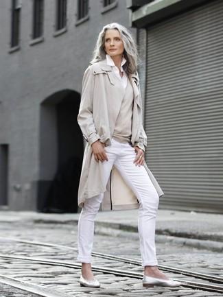 Cómo combinar: pantalones pitillo blancos, camisa de vestir blanca, jersey de pico en beige, gabardina en beige
