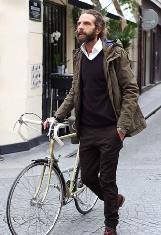 Cómo combinar: pantalón chino en marrón oscuro, camisa de vestir blanca, jersey de pico en marrón oscuro, parka verde oliva