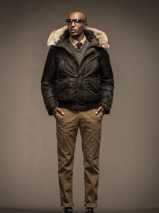 Combinar un plumífero en marrón oscuro: Si buscas un estilo adecuado y a la moda, opta por un plumífero en marrón oscuro y un pantalón chino marrón claro.
