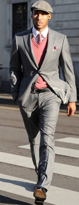 Combinar un jersey de pico rosa: Utiliza un jersey de pico rosa y un traje de tartán gris para las 8 horas. Con el calzado, sé más clásico y opta por un par de zapatos derby de cuero negros.