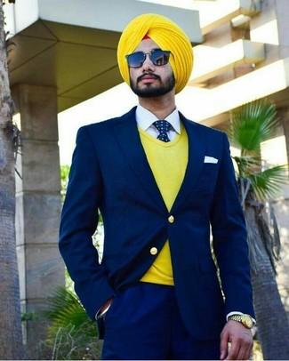 Cómo combinar: corbata a lunares en azul marino y blanco, camisa de vestir blanca, jersey de pico amarillo, traje azul marino