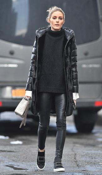 Cómo combinar: pantalones pitillo de cuero negros, camisa de vestir blanca, jersey oversized de punto negro, abrigo de plumón negro