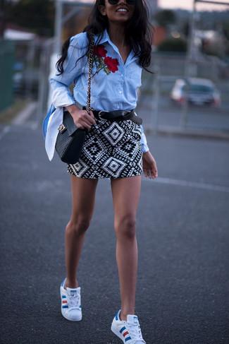 Este combo de una camisa de vestir bordada celeste y una minifalda geométrica blanca y negra te permitirá mantener un estilo cuando no estés trabajando limpio y simple. ¿Te sientes valiente? Completa tu atuendo con tenis de cuero blancos.