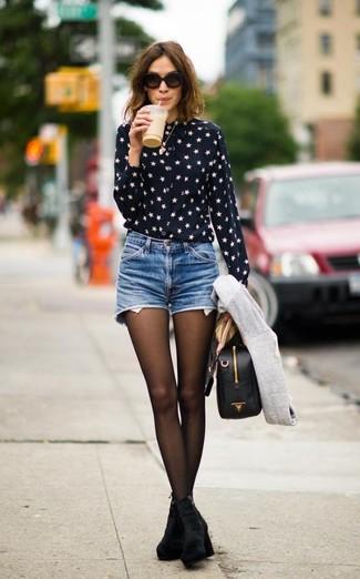 Look de moda: Camisa de Vestir de Estrellas Negra y Blanca, Pantalones Cortos Vaqueros Azules, Botines de Ante Negros, Bolso de Hombre de Cuero Negro