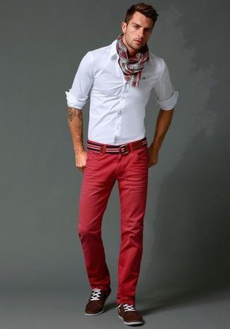 Cómo combinar: camisa de vestir blanca, pantalón chino rojo, náuticos de ante en marrón oscuro, correa de lona de rayas horizontales en blanco y rojo y azul marino