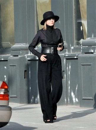 Cómo combinar: camisa de vestir negra, pantalones anchos negros, sandalias de tacón de ante negras, sombrero de lana negro
