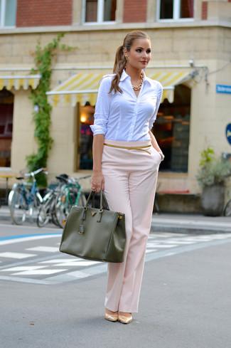 Cómo combinar: camisa de vestir blanca, pantalones anchos rosados, zapatos de tacón de cuero en beige, bolsa tote de cuero verde oliva