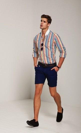 Cómo combinar: camisa de vestir de rayas verticales en multicolor, pantalones cortos azul marino, mocasín con borlas de ante en marrón oscuro, correa de cuero en marrón oscuro
