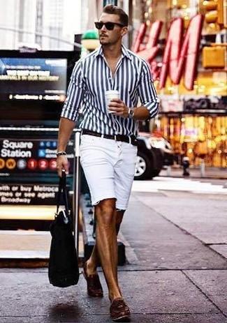 Cómo combinar: camisa de vestir de rayas verticales en blanco y azul marino, pantalones cortos vaqueros blancos, mocasín con borlas de cuero en marrón oscuro, bolsa tote de lona negra