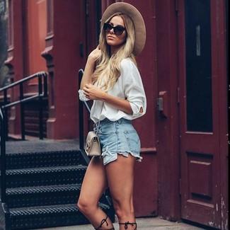 Cómo combinar: camisa de vestir de seda blanca, pantalones cortos vaqueros celestes, sandalias romanas altas de cuero negras, bolso bandolera de cuero en beige