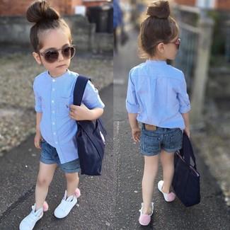 Cómo combinar: camisa de vestir celeste, pantalones cortos vaqueros azules, zapatillas blancas, bolso azul marino