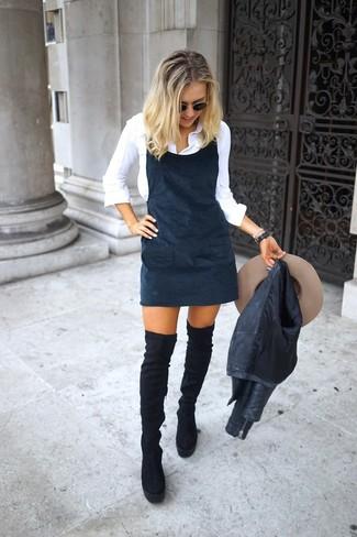 Cómo combinar: botas sobre la rodilla de ante negras, camisa de vestir blanca, pichi negro, chaqueta motera de cuero negra