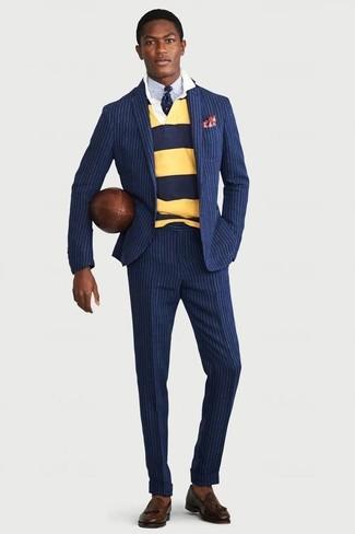 Cómo combinar: mocasín con borlas de cuero en marrón oscuro, camisa de vestir celeste, polo de manga larga de rayas horizontales amarillo, traje de rayas verticales azul marino