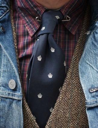 Cómo combinar: corbata estampada negra, camisa de vestir de tartán roja, chaleco de vestir de lana marrón, chaqueta vaquera azul
