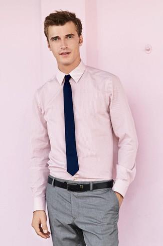 Cómo combinar: camisa de vestir de rayas verticales rosada, pantalón de vestir gris, corbata azul marino, correa de cuero negra