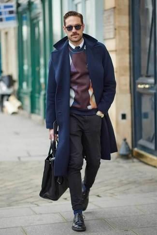 Combinar una bolsa tote de cuero negra: Elige por la comodidad con un abrigo largo azul marino y una bolsa tote de cuero negra. Dale un toque de elegancia a tu atuendo con un par de zapatos derby de cuero negros.