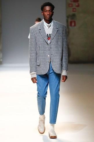 Cómo combinar: vaqueros azules, camisa de vestir blanca, sudadera estampada gris, blazer de cuadro vichy en negro y blanco