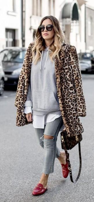 Cómo combinar: vaqueros pitillo desgastados grises, camisa de vestir blanca, sudadera con capucha gris, abrigo de piel de leopardo marrón claro