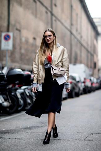 Cómo combinar: falda midi plisada negra, camisa de vestir de rayas verticales blanca, sudadera con capucha gris, cazadora de aviador dorada