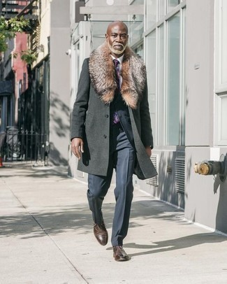 Combinar una corbata estampada en violeta en clima frío: Emparejar un abrigo con cuello de piel en gris oscuro junto a una corbata estampada en violeta es una opción excelente para una apariencia clásica y refinada. Zapatos oxford de cuero en marrón oscuro son una opción inigualable para completar este atuendo.