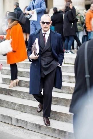 Combinar un traje de rayas verticales en gris oscuro: Ponte un traje de rayas verticales en gris oscuro y un abrigo con cuello de piel azul marino para un perfil clásico y refinado. Zapatos oxford de cuero en marrón oscuro son una opción grandiosa para complementar tu atuendo.